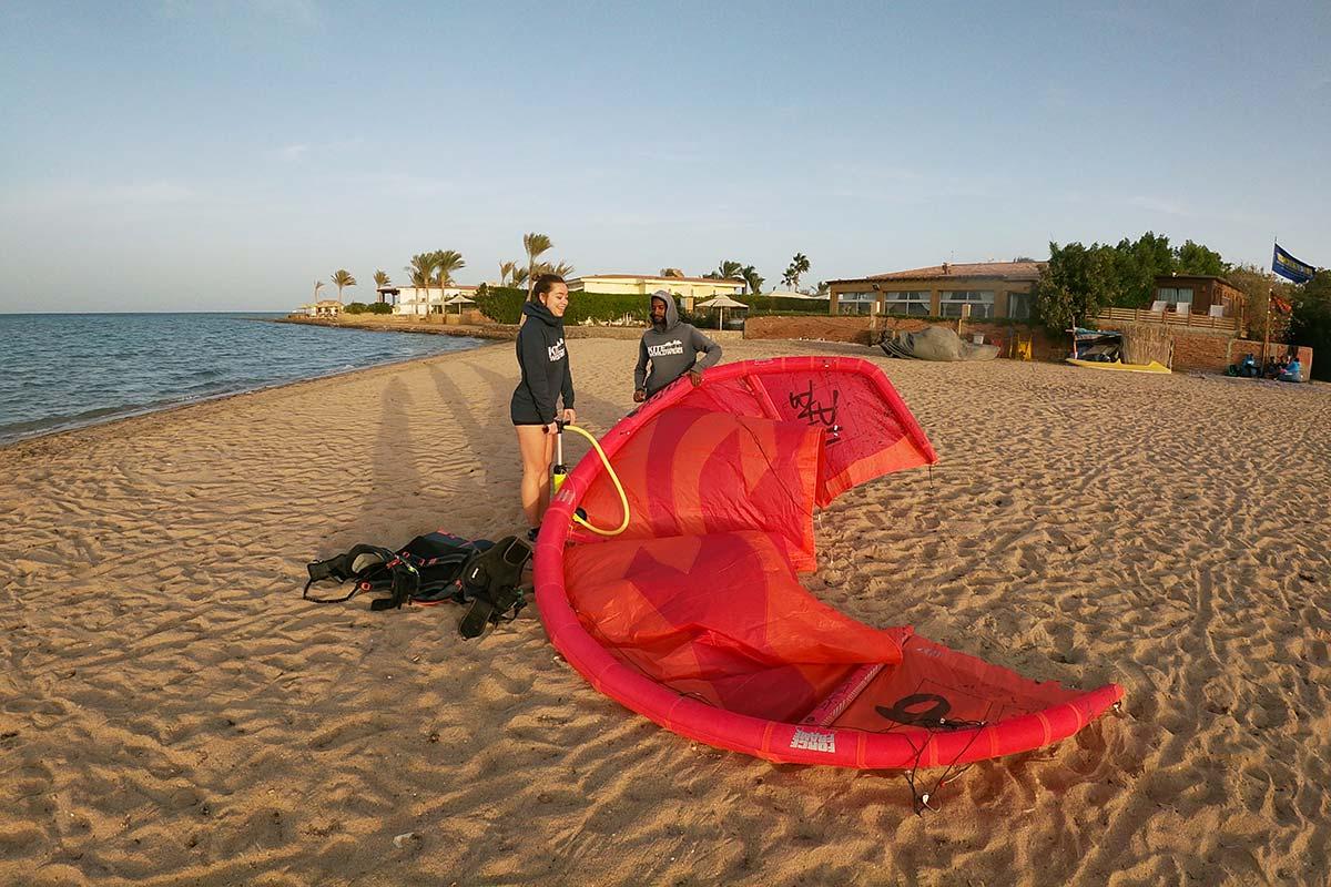 Am Strand vor der Seahorse Bay in Ägypten wird ein Kite aufgepumpt.