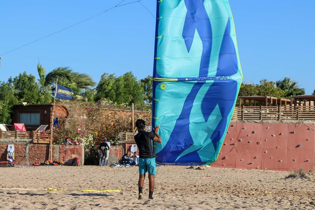 Beim kitesurfen in Ägypten in der Seahorse Bay wird beim Starten des Kites geholfen.